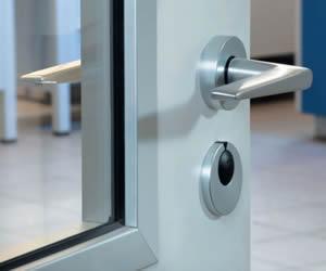 Montiertes EZK System an einer Tür mit Verglasung