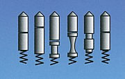 Sperrstifte eines Profilzylinders, oben = Kernstifte, unten = Gehäusestifte und Gehäusefedern
